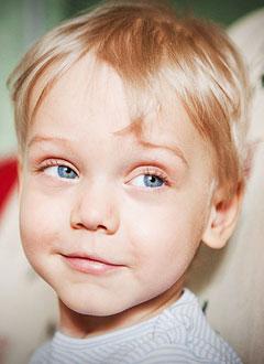 Эрик Симонов, 3 года, перелом позвоночника и другие тяжелейшие травмы, полученные в автокатастрофе, спасет четырехмесячная реабилитация в клинике Хелиос (Геестахт, Германия). 3667304 руб.