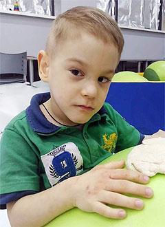 Петя Долбня, 5 лет, детский церебральный паралич, требуется специальное кресло-коляска. 70325 руб.