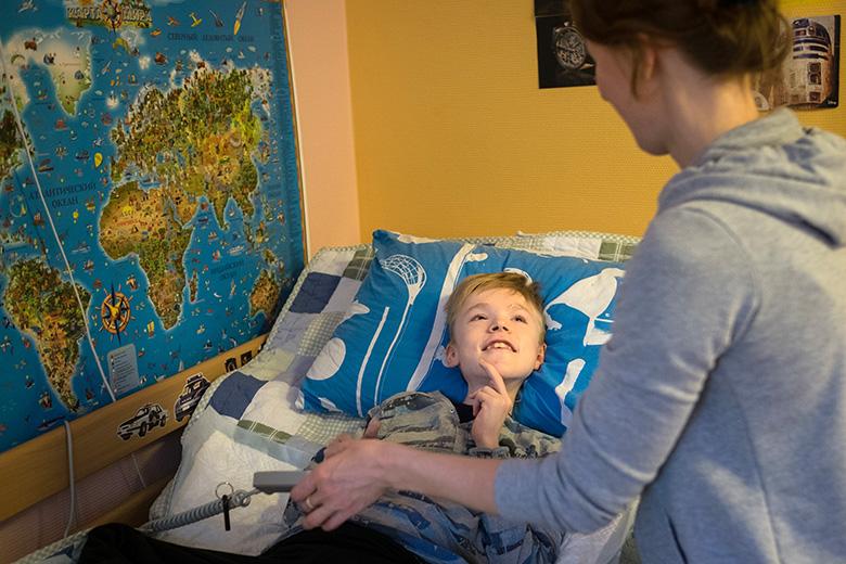 У Леона есть функциональная кровать, портативный ИВЛ и еще много другого медицинского оборудования, но его комната совсем не похожа на больничную палату