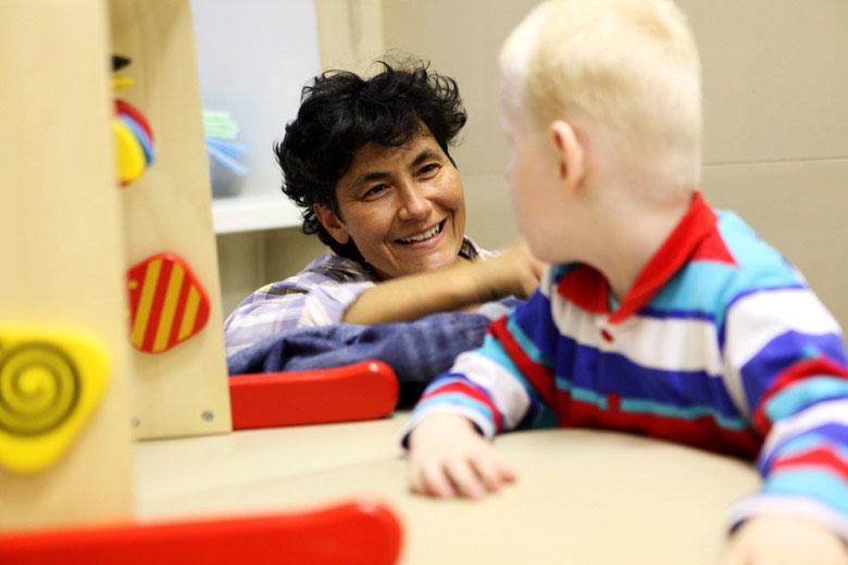 2. Физический терапевт Илона Абсандзе ведет первичный прием ребенка с синдромом Ангельмана